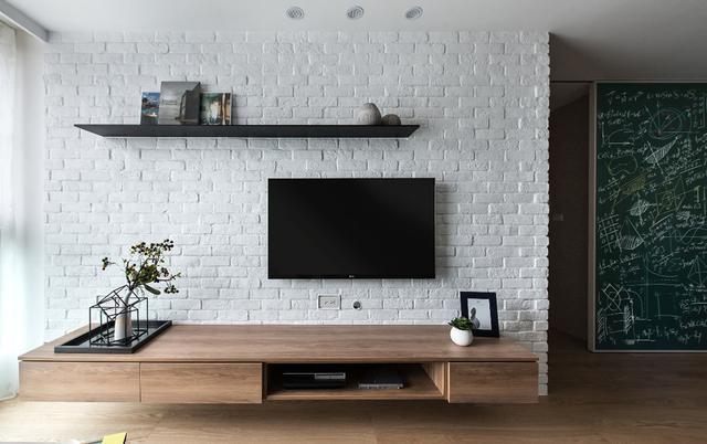 文化石电视墙上下方空间,分别规划展示层板和机柜.