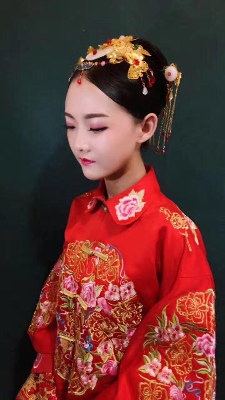 中式秀禾服发型_2017年好看的中式新娘发型推荐
