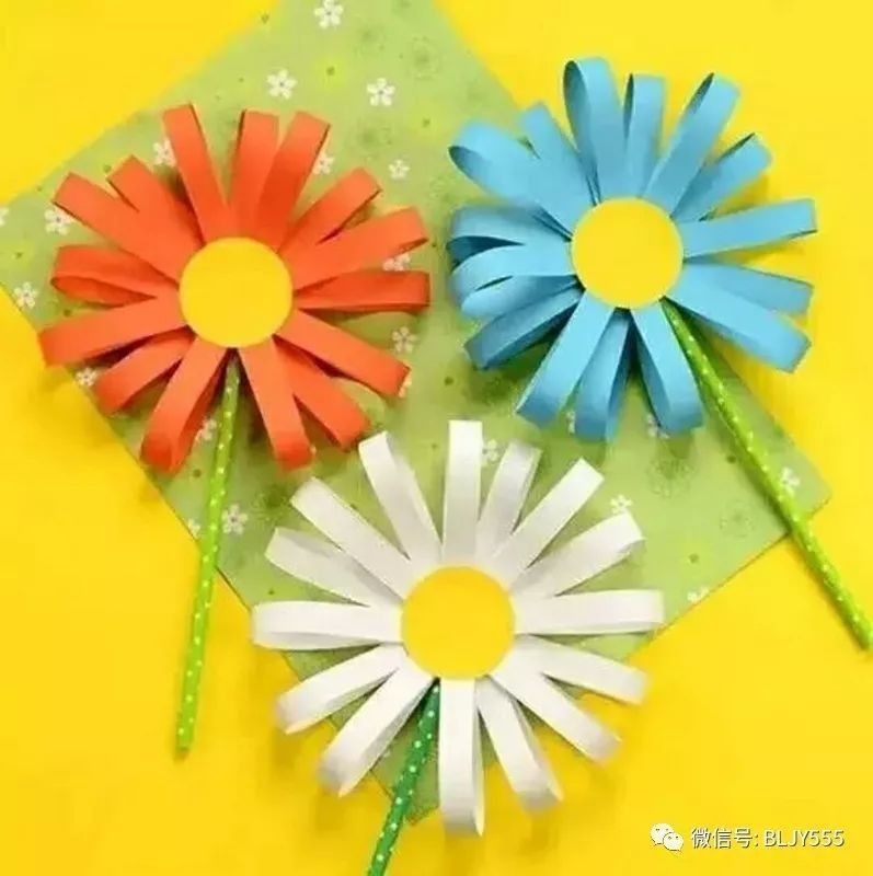1、用压花器压出圆形花蕊,或用剪刀剪出一个圆形。  2、用裁纸器裁出小纸条,或用剪刀剪出小纸条。  3、将纸条两端弯曲粘好,作为花瓣。  4、将粘好的花瓣粘贴到圆形上。  5、将吸管作为花杆  6、在花的背面,用胶带固定好吸管花杆。  这样美丽的小菊花就做好了,快开动脑筋、动起手来做更多其它颜色的小菊花吧!  4、纸盘南瓜怪  第三款要跟大家分享的菊花手工 打印出平面的菊花模板,大大小小都要有(如果爸爸妈妈会电脑作图,这一步就很简单,否则,恩,自己想办法吧O(_)O哈!)。把模板剪下来,就像从彩纸上剪下