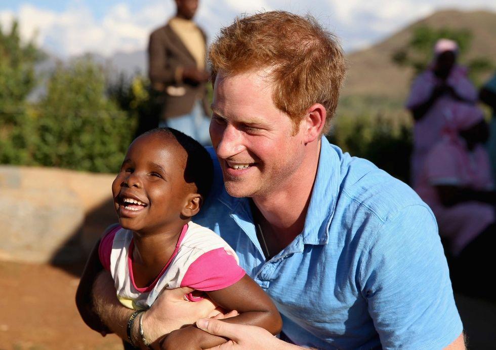 哈里王子一向热爱慈善事业,他多次前往非洲,给当地的孩子们带去关怀和