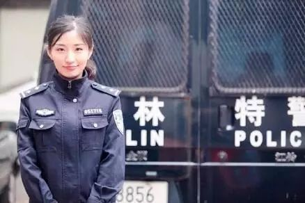 中国海军编队访问土耳其时:华人华侨冒雨欢迎