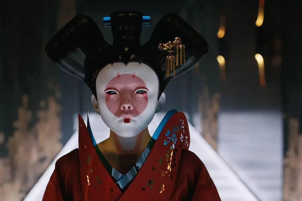 《攻壳机动队》里诡异的艺妓机器人.
