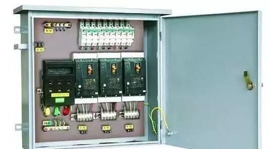 B.漏电保护开关的工作原理 漏电保护器的工作原理图。LH为零序电流互感器,它由坡莫合金为材料的铁芯,和绕在环状铁芯上的二次线圈组成检测元件。电源相线和中性线穿过圆孔成为零序互感器的一次线圈。互感器的后部出线即为保护范围。 C.漏电保护开关的作用 1、当电气设备或线路发生漏电或接地故障时,能在人尚未触及之前就把电源切断。 2、当人体触及带电的物体时,能在011s内切断电源,从而减轻电流对人体的伤害程度。 3、可以防止因漏电而引起的火灾事故。