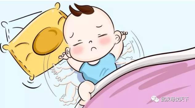 """母婴 正文  不少爸爸妈妈都会发现,宝宝晚上睡觉的时候""""小动作""""有点多"""