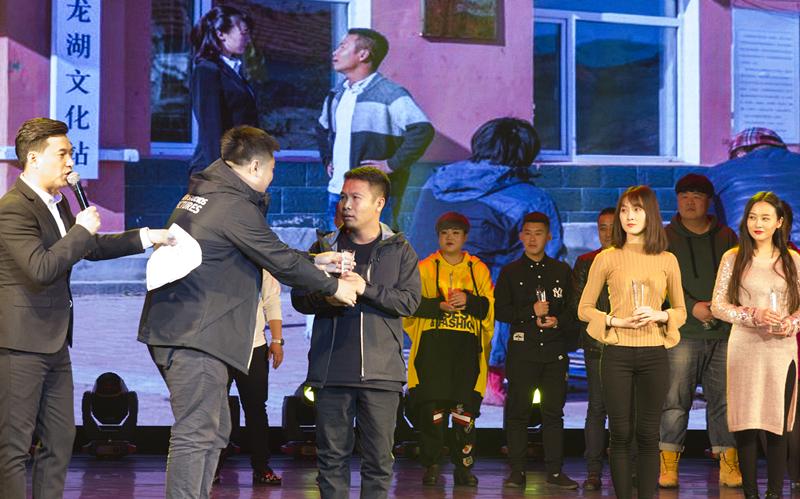 《四平青年之幸福花开》粉丝见面会 主创颁奖引燃全场