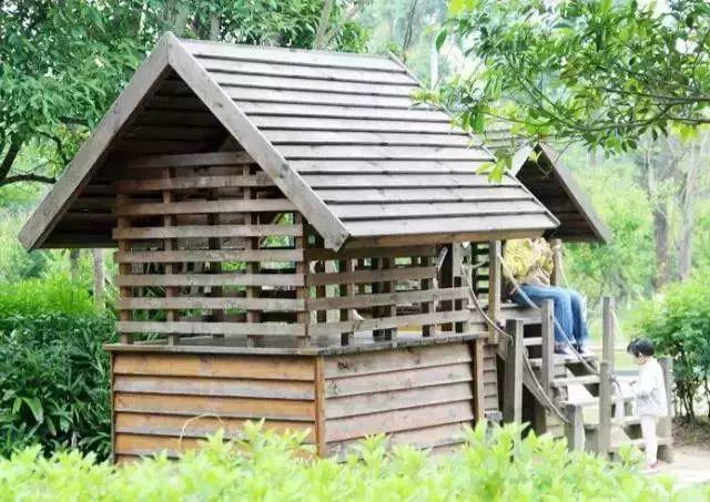 旅游 正文  小伙伴园内有摇摇椅,小木屋,大型滑滑梯等供少儿交友的图片