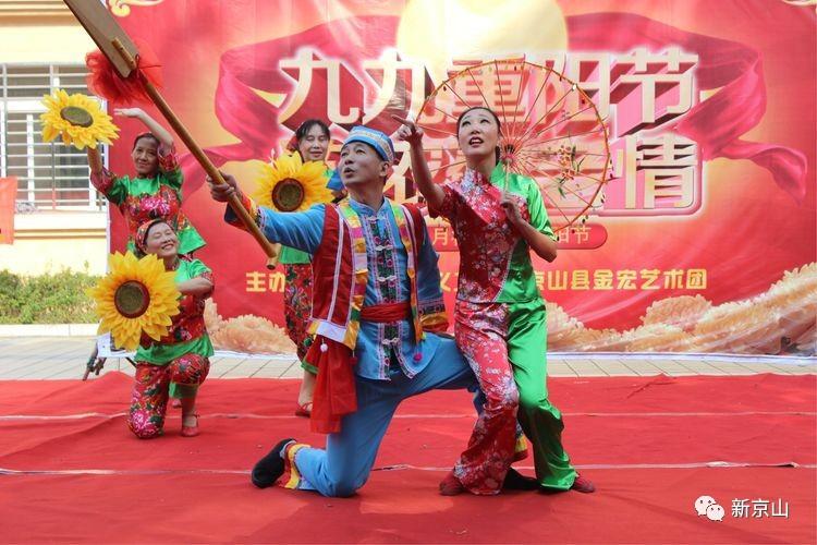 宋君表演的萨克斯独奏《小苹果》,边吹边舞,格外活泼热烈!