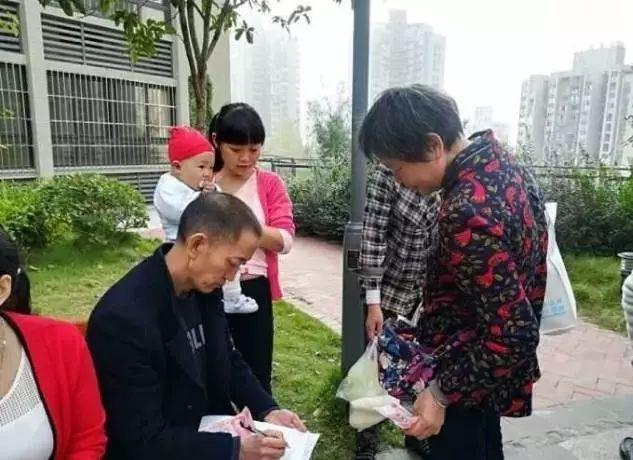 """杨浦区党(团)支部组织信访干部开展""""环卫体验日""""活动"""
