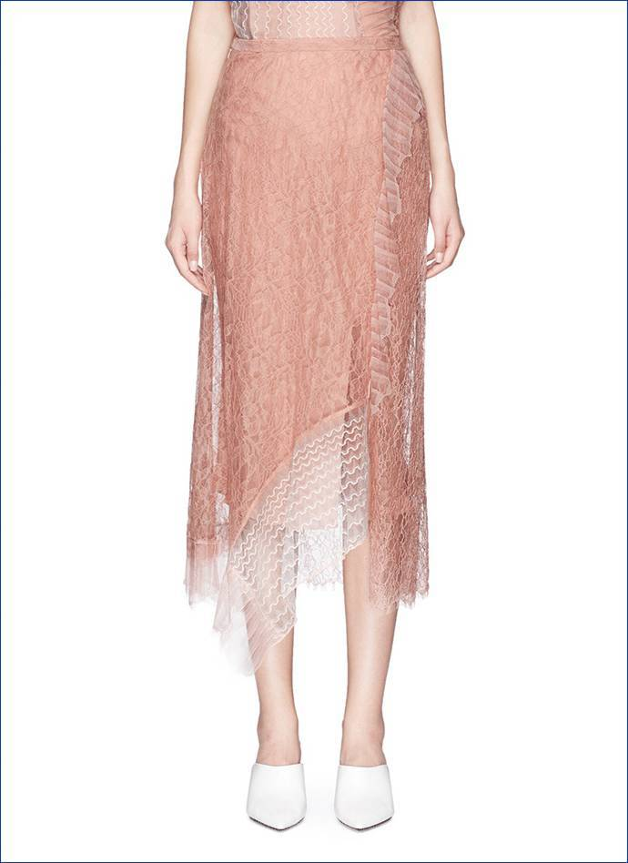 长裙搭配都相当和谐,这凸显了针织衫的百搭气质,虽说百搭,但与长半裙