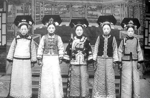 这是清朝后宫的照片.历史的真实啊,往往很残酷.