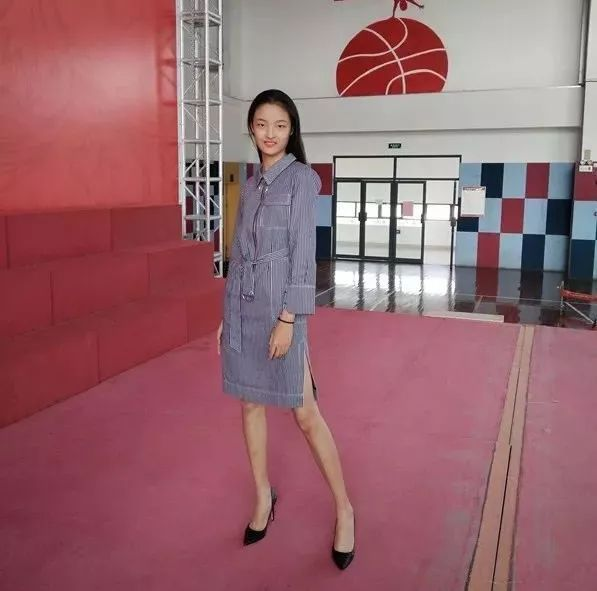 吴怡在练习走台步.