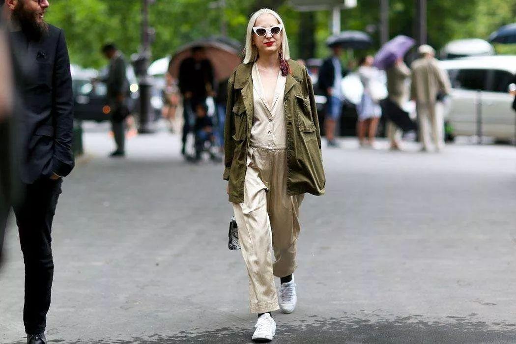周冬雨王子文机场撞衫,时髦连体裤女星都爱穿
