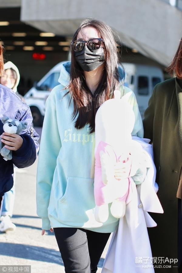 热巴小姐姐素颜现身机场,浅绿卫衣超清新,手包玩偶少女十足