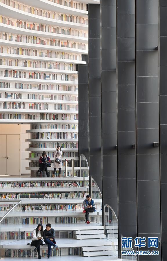 10月30日,读者在天津滨海新区文化中心图书馆内阅读.图片