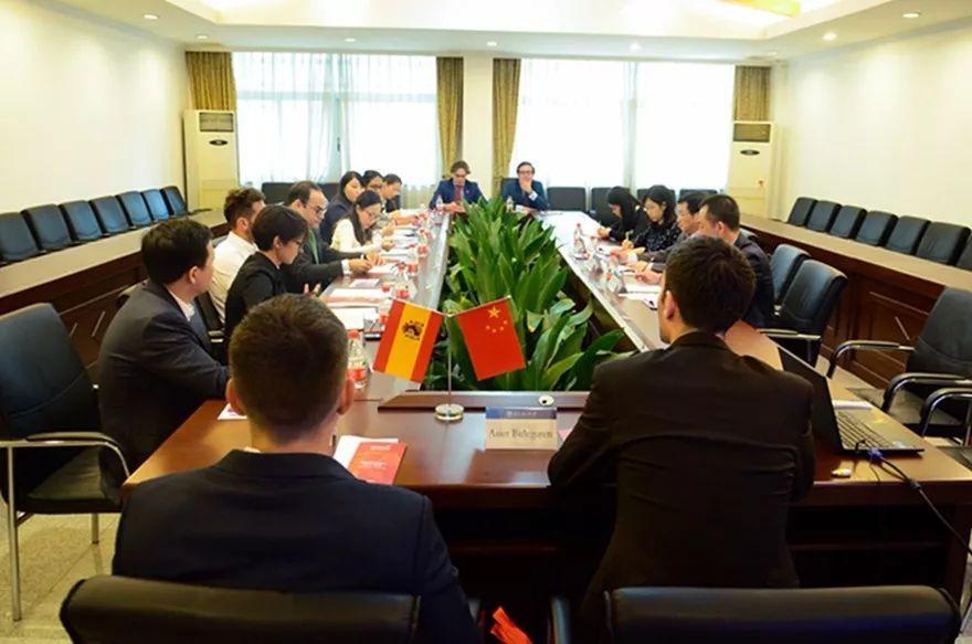 国际合作与交流处副处长吴俊峰,西班牙语系主任张志智参加活动.图片