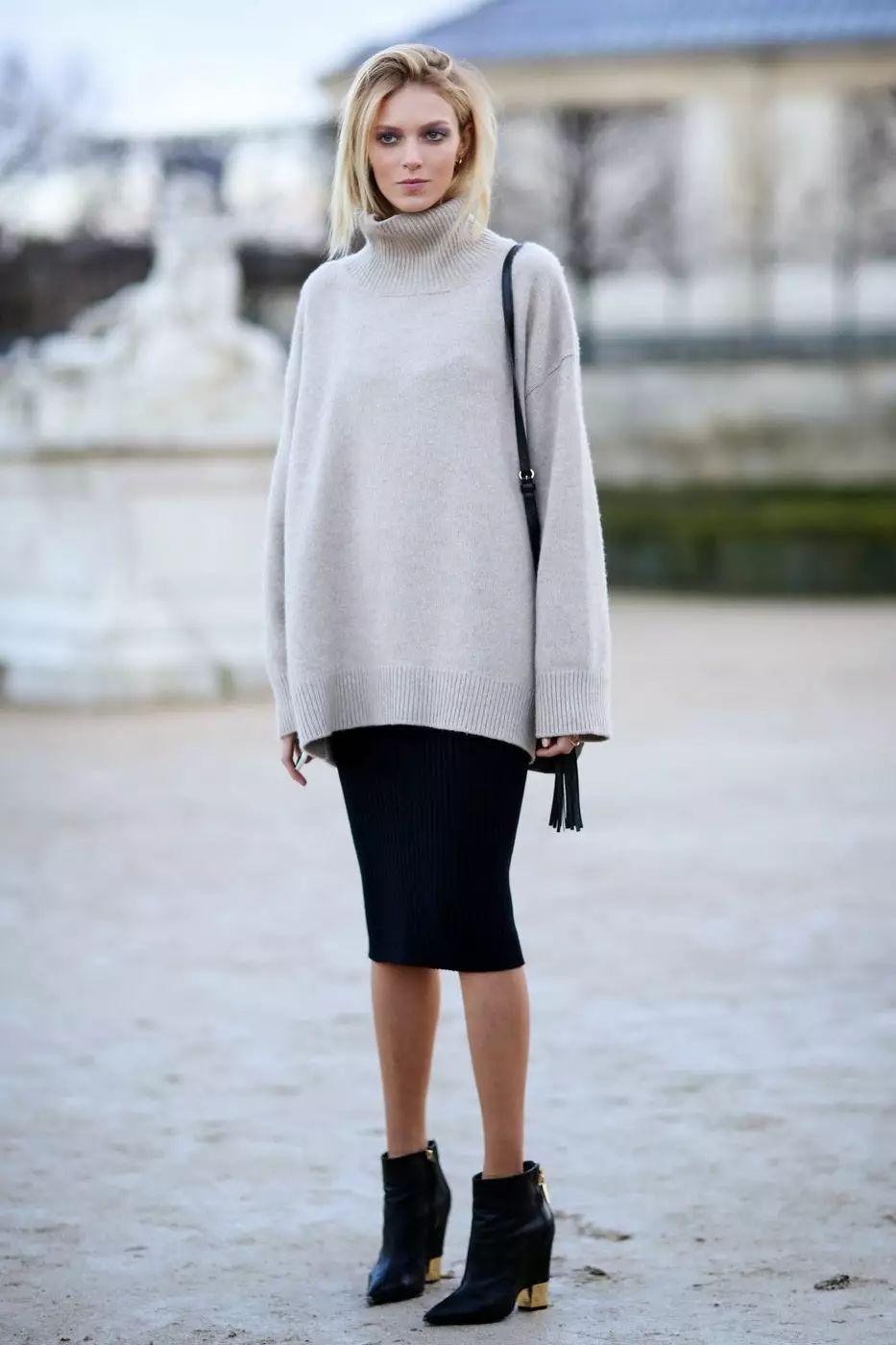 宽松毛衣搭配紧身半裙,尽显完美身材.图片