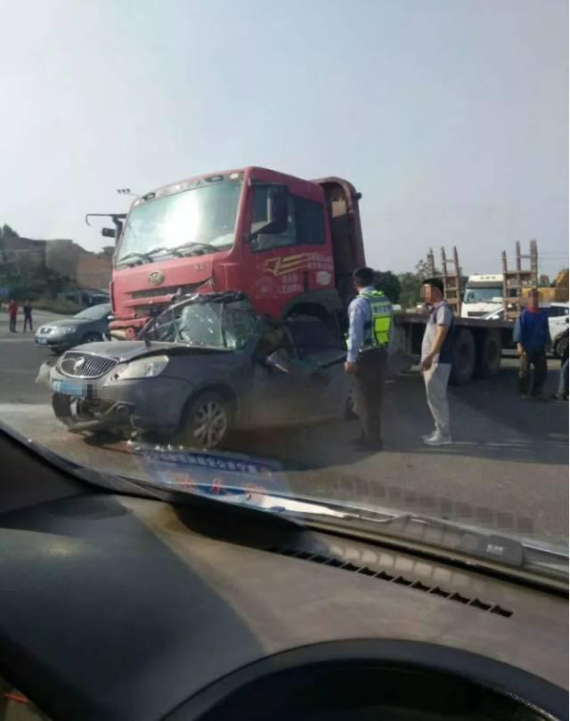 南宁1天2起车祸!环卫工被撞身亡,小轿车被撞面目全非