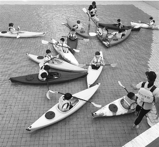 一小学上皮划艇课:小区泳池训练 世界冠军当教练