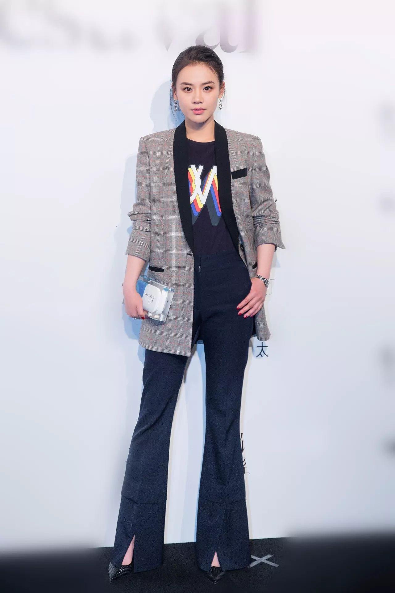 喜欢刘雯和热巴的灰色西装,但不想穿成职场人,怎么办?