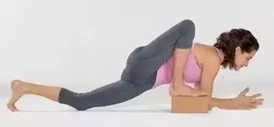 双手往前伸直 step 2 :脚掌在腋窝的位置 step 3 :难度较量大