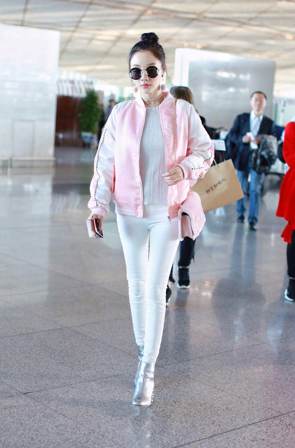36岁李小璐穿粉衫妥妥的少女系,不想被背上的大蝴蝶结拉低了档次