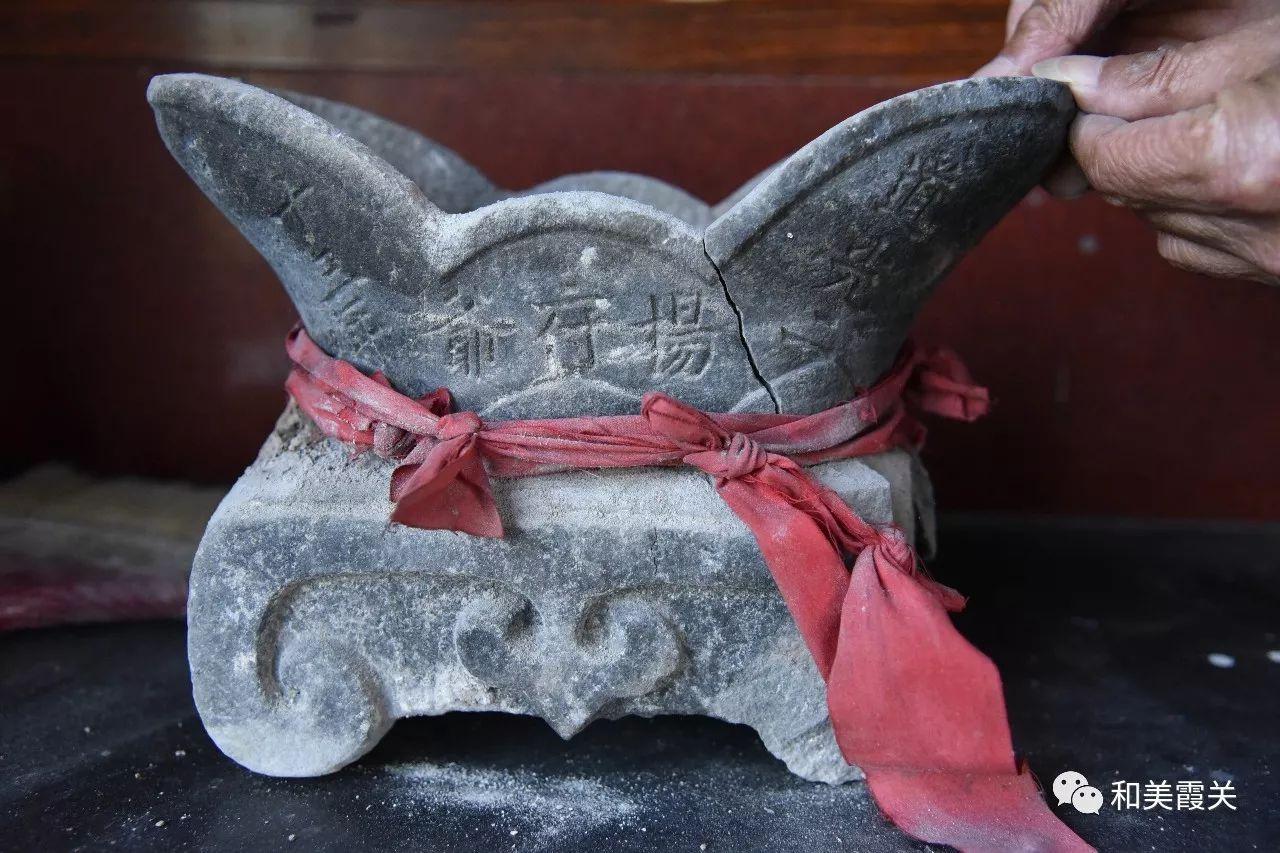 霞关一宫庙现道光年间石香炉 还有一个美丽的励