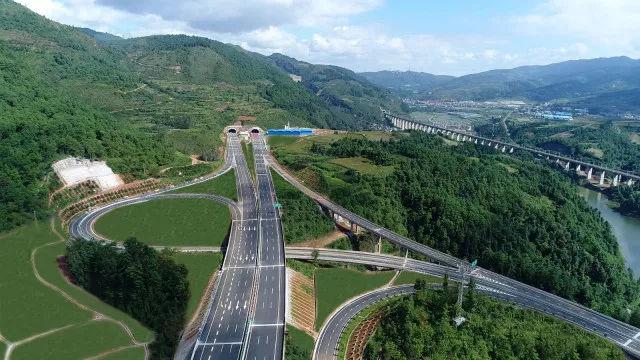 晋红高速公路于11月8日下午3点 通车试运营,这条路除了颜值高还有这些好玩的