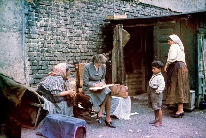 华仔平易近人医院疗伤不忘关心跟拍记者,送上红包和金桔