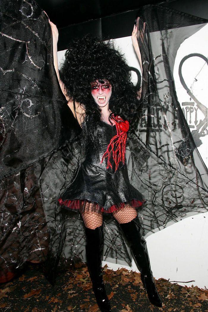 如此可爱的全黑,看金高恩亮相法国时装秀是如何驾驭的