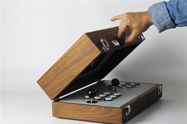 这款游戏机通过手工制作将木头箱体与硬件完美的结合了起来.