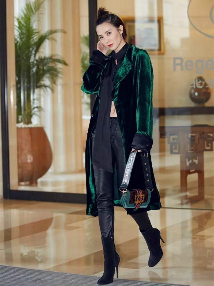 时尚 正文  ▲图片:演员小宋佳 ▲ look2:墨绿风衣搭配黑色高腰的牛仔