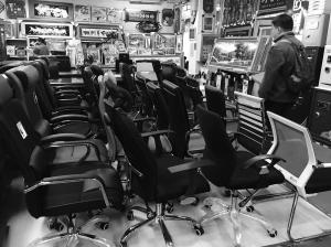 人坐在椅子上时,尽管气体受挤压压力增大,但仍处于气压膨胀的极限范围图片