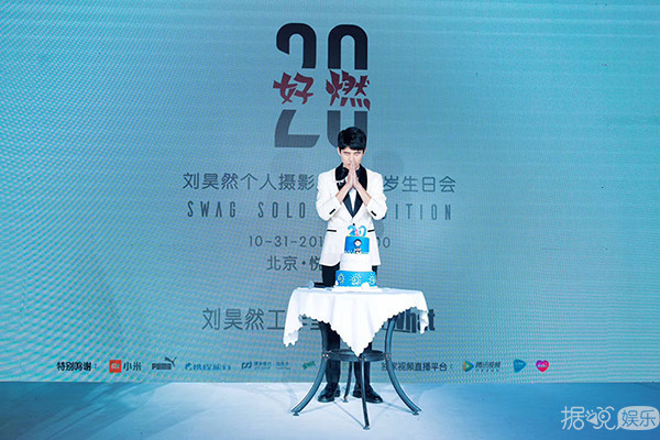杨幂机场衣着遭批 网友:上半身过秋冬难道不热?