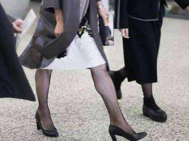 近日金星老师现身上海机场,身穿灰色长款外套搭配裙装露出渔网袜尽显