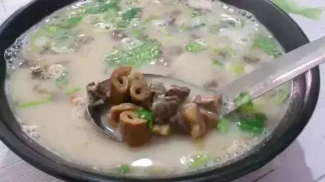 张梓琳白色蕾丝裙现身,高叉短裙秀美腿,网友:成熟有魅力!