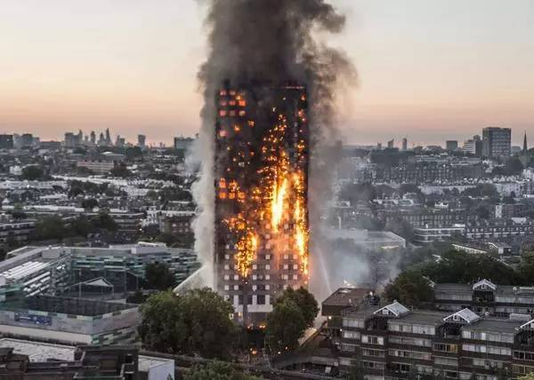 """男子欲轻生在家中纵火,结果""""火烧连营""""引燃整栋楼7层!"""