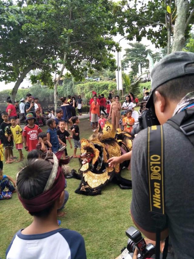 从海神庙那里上岸,有巴厘岛这里传统的舞狮表演,我们凑热闹看了一会