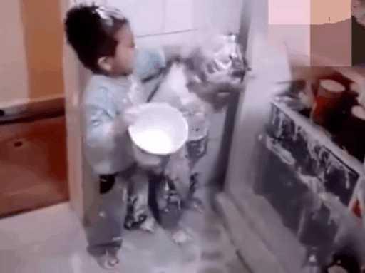 爸爸推开发现两个小宝宝偷吃雪糕画面是这样的