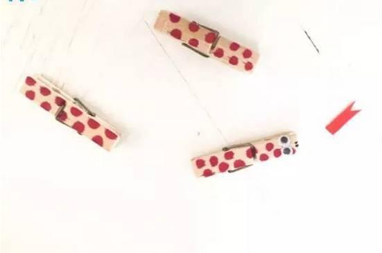 卡纸编织小花蛇 准备材料:卡纸,剪刀,胶水,活动眼睛,笔 制作步骤图解