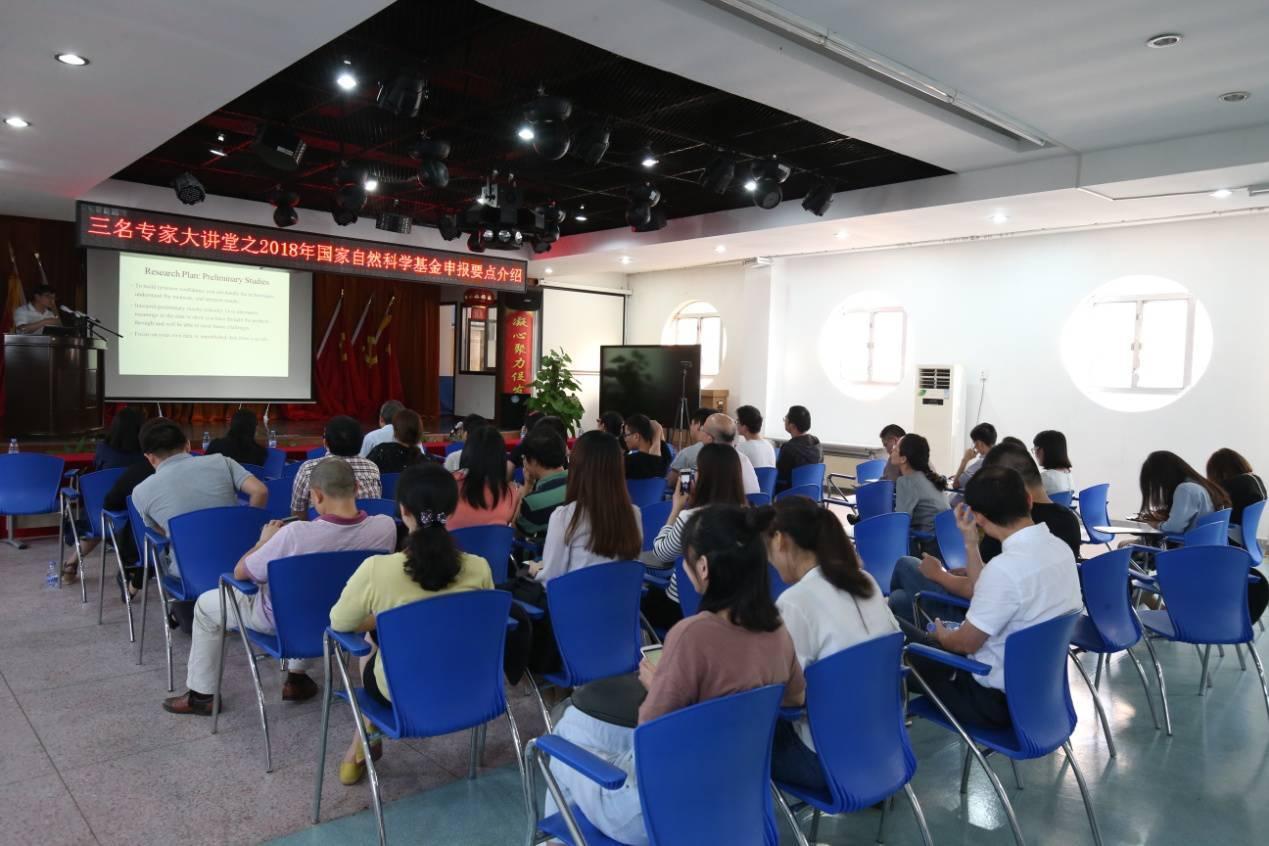 石家庄: 新生开学 送孩子年轻一点的家长需要证明是学生