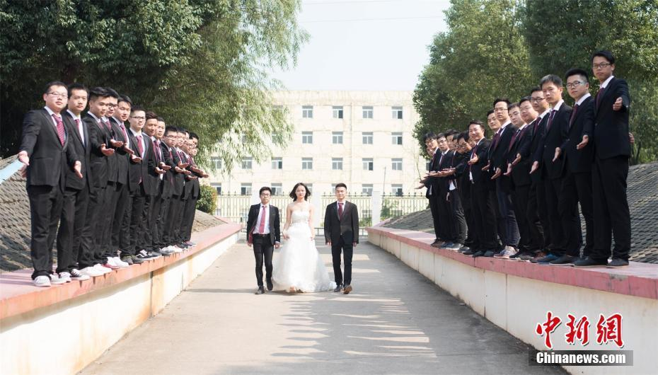 江苏一高校学生提前一年拍毕业照