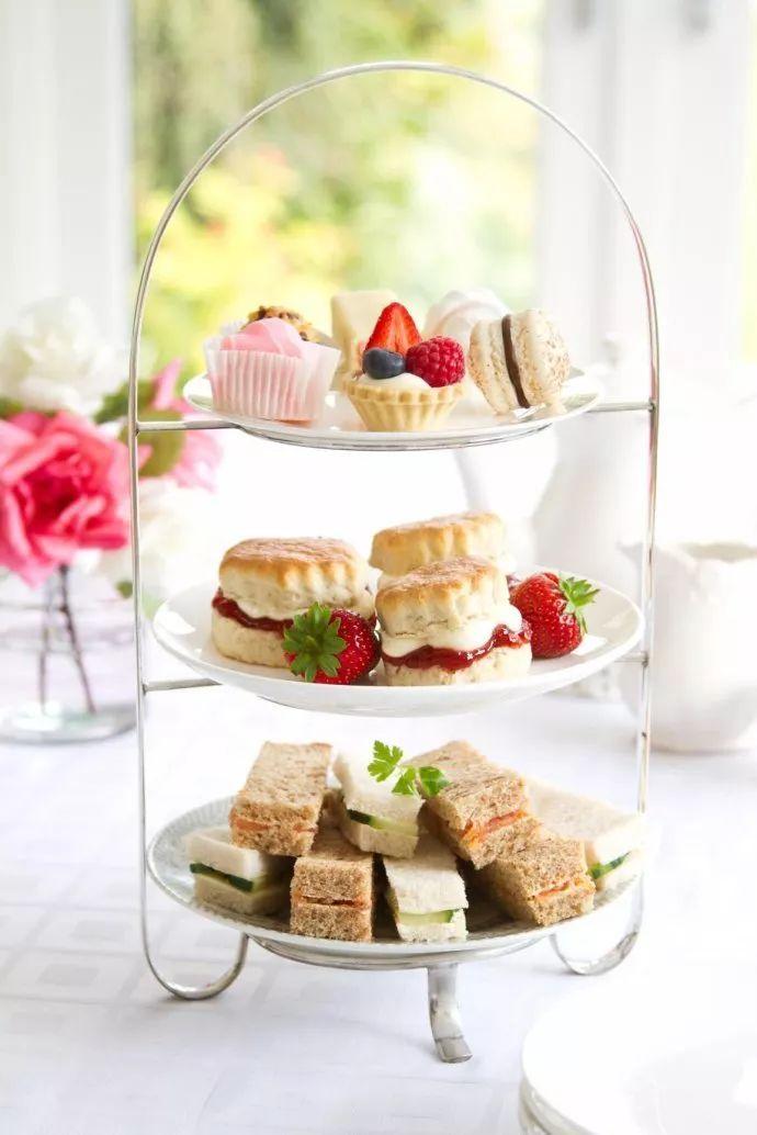 正宗英式下午茶的茶点非常丰富,精致而小巧,通常会用三层的点心瓷盘盛图片