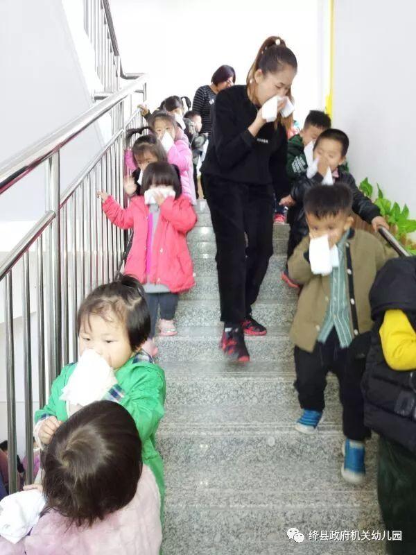 幼儿园消防演练小结_绛县政府机关幼儿园举行消防安全应急演练活动 - 雪花新闻