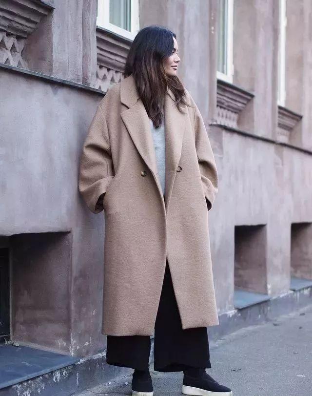 赵薇扮嫩毫无违和感,一身西装现身街头腿长两米,多亏了这双鞋!