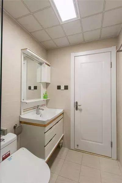 窗帘采用百叶帘,干湿分离的玻璃隔断,让淋浴空间更加的舒适图片