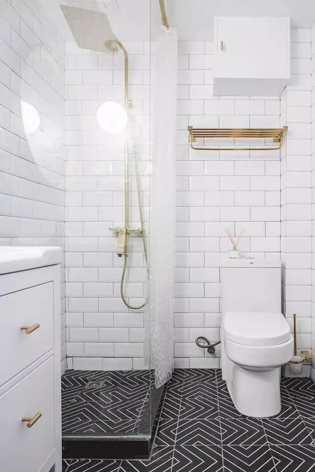 浴室效果图 花鸟图案的浴帘,给人一种浪漫的气息.