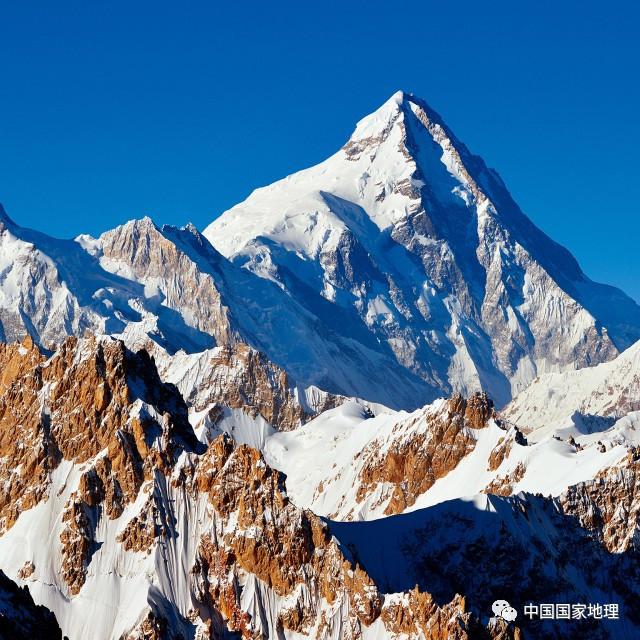 看过新疆的荒漠戈壁、草原绿洲,别忘了这里著名的9座山峰