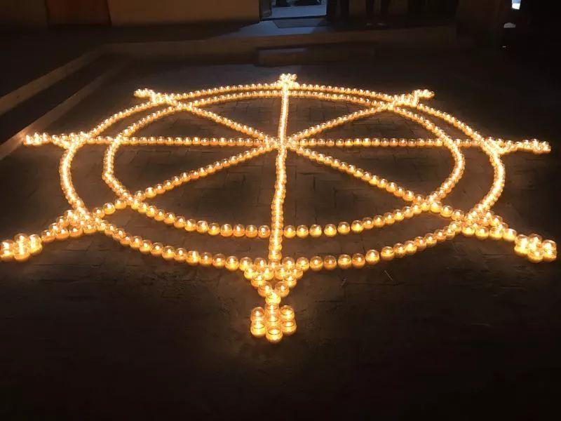 """将万余盏明灯摆放成各类富有佛教特色与艺术气息的美丽图案,或""""吉祥""""图片"""