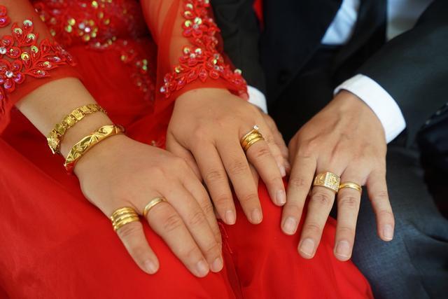 越南接亲好庄重,新娘子收获17枚戒指,这样的结婚仪式中国看不到