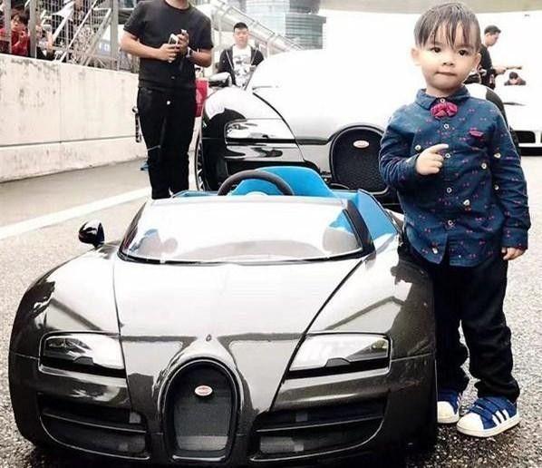 他是中国第一位布加迪车主第一位新款布加迪车主拥有布加迪数量最